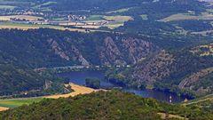 Blick vom Radobyl hoch über Litomerice (Leitneritz), dem Berg mit dem Kreuz...