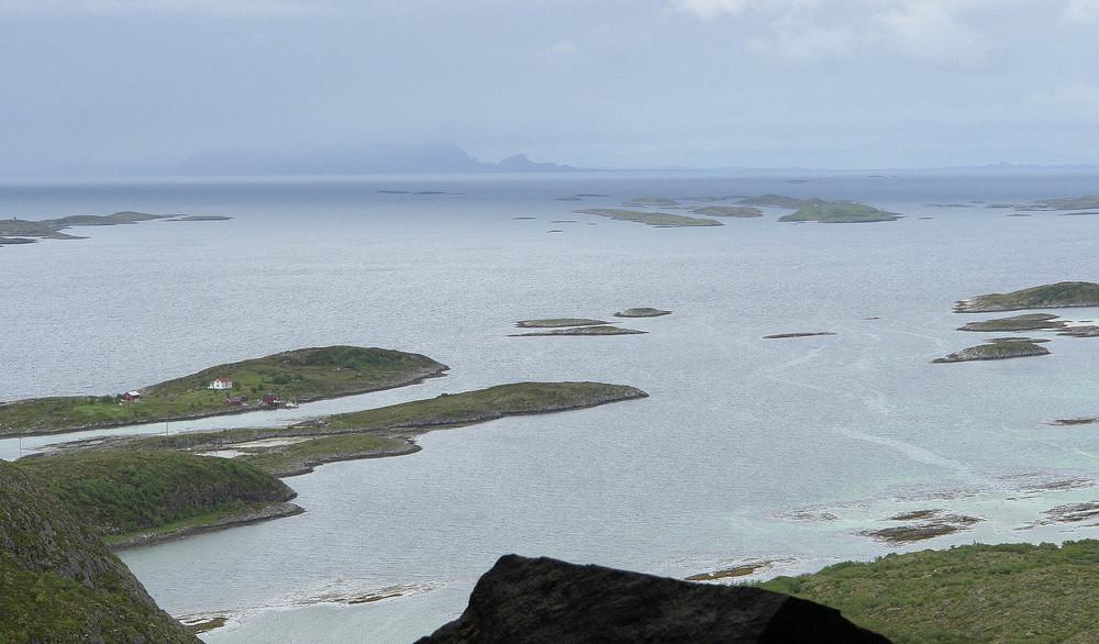 Blick vom Torghattan (Loch) auf Seeseite, Atlantik