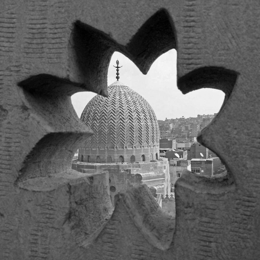 Blick vom Turm einer Moschee auf eine der Kuppeln in einer der Totenstädte von Kairo
