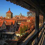 Blick vom Wehrgang auf die Dächer der Stadt