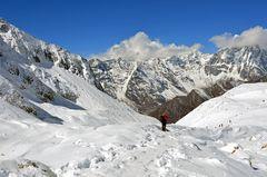 Blick vom Westgipfel des Larkya La zum langen Abstieg