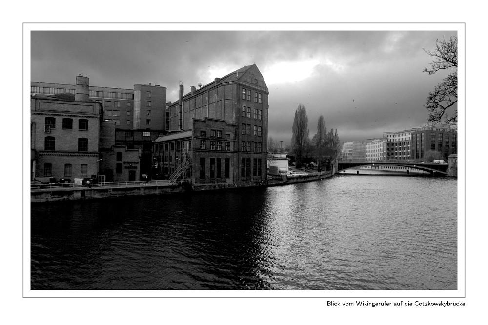 Blick vom Wikingerufer auf die Gotzkowskybrücke