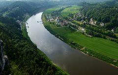 Blick von der Bastei auf die Elbe und dem Ort Rathen