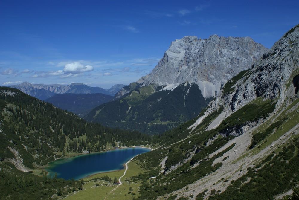 Blick von der Coburger Hütte über den Seebensee zur Zugspitze