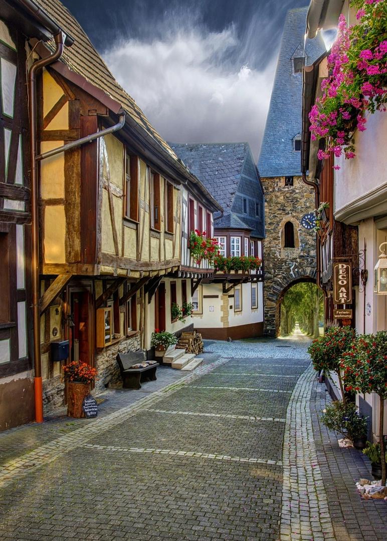 Blick von der Dorfstraße zum Stadttor hinaus ...