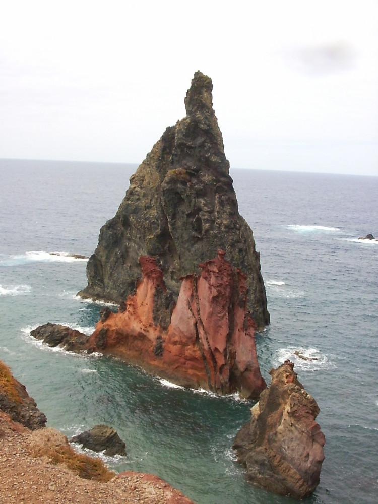 Blick von der Steilküste ins Meer vor Madeira