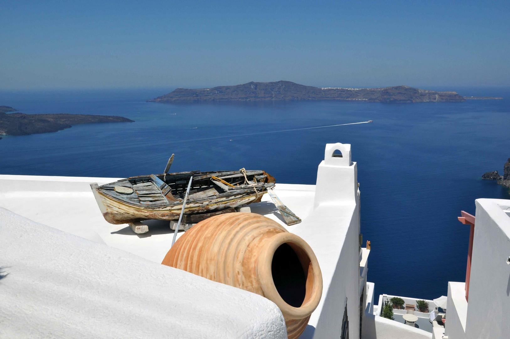 Blick von Fira auf die Insel Thirasia