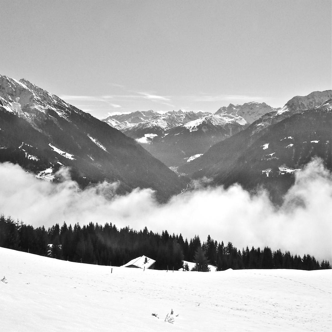 Blick von oberhalb Tschagguns/Montafon (im Tal) auf die Silvrettagruppe . . .