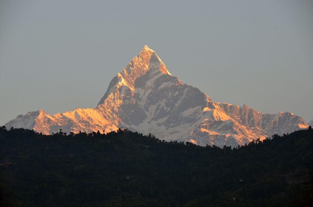 Blick von Pokhara auf den Machhapuchre (6993m)
