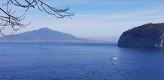 Blick von St. Angelo auf  den Golf von Neapel  und den Vesuv