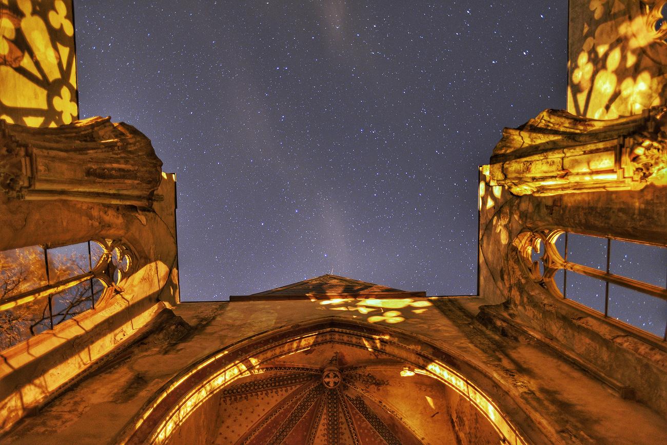 Blick zu den Sternen  - Kirchruine Wachau