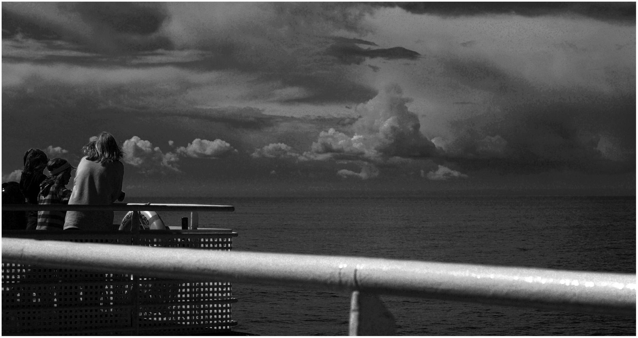 Blick zu den Wolken über dem Meer ...
