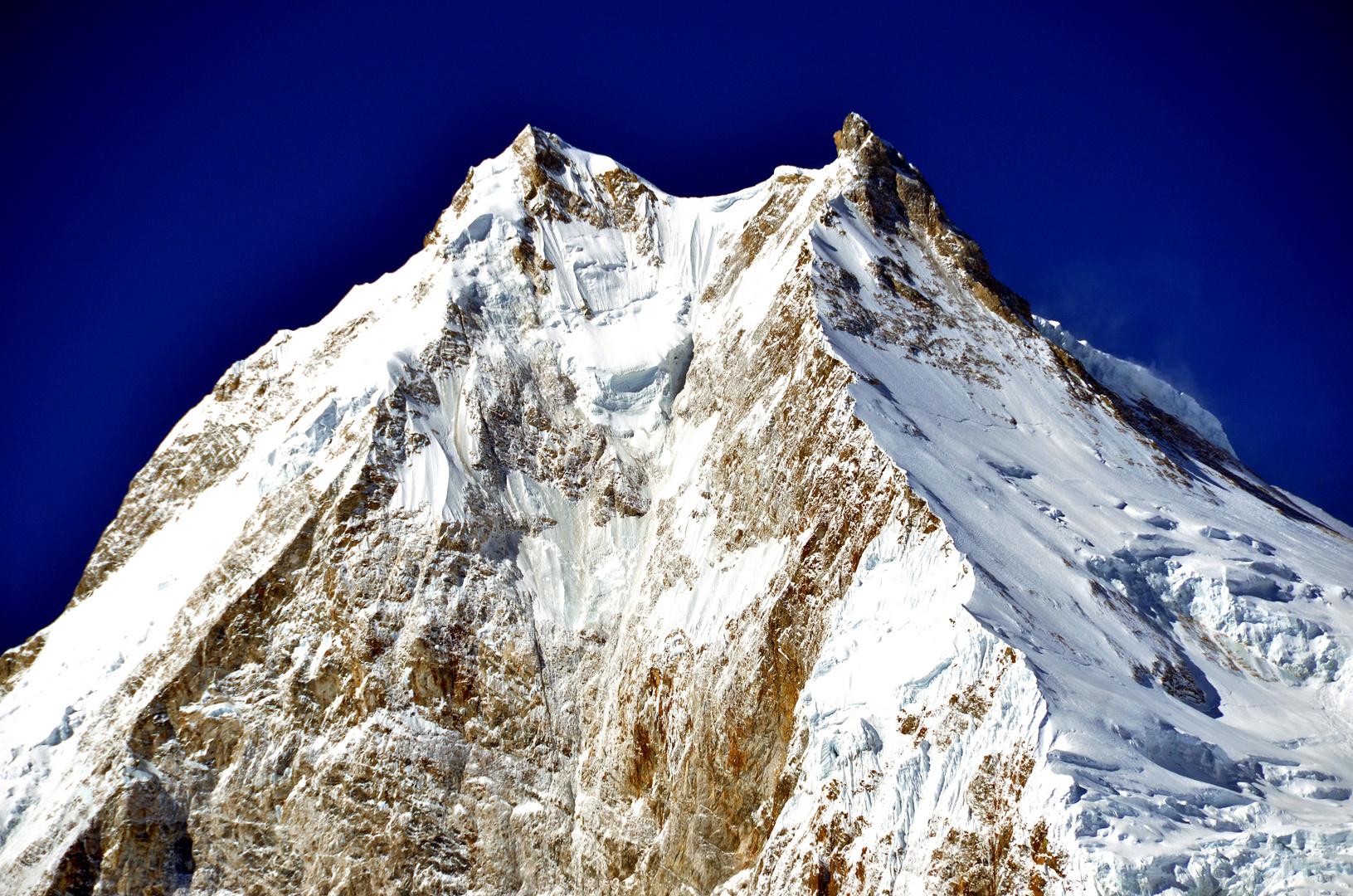 Blick zum Gipfel des Manaslu (8163 m)