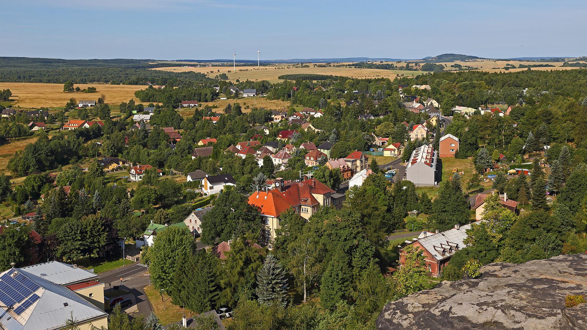 Blick zum hübschen böhmischen Ort Tisa von den Tissaer Wänden aus ..