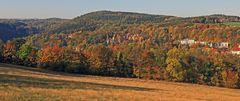 Blick zum Kurort Bad Gottleuba im Goldenen Herbst auf dem Höhepunkt