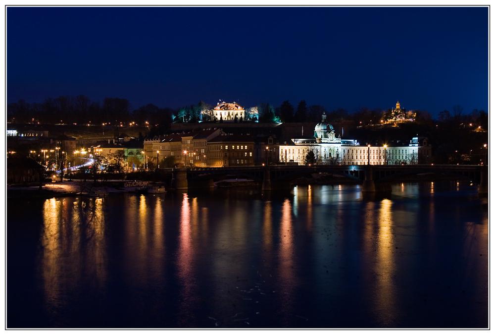 Blick zum Parlamentsgebäude in Prag