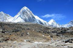 Blick zum Pumori (7161 m) vom Changri Gletscher