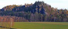 Blick zum Rauenstein wo es vor der Gaststätte  oben bei den Felsen...