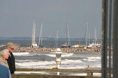 Blick zum Yachthafen bei stürmischer See