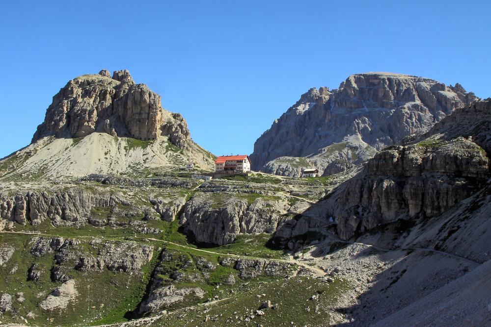 Blick zur Dreizinnenhütte in den Dolomiten in herrlicher Umgebung...