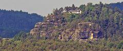 Blick zur Gaststätte auf dem Rauenstein und den Felsen weiter links...