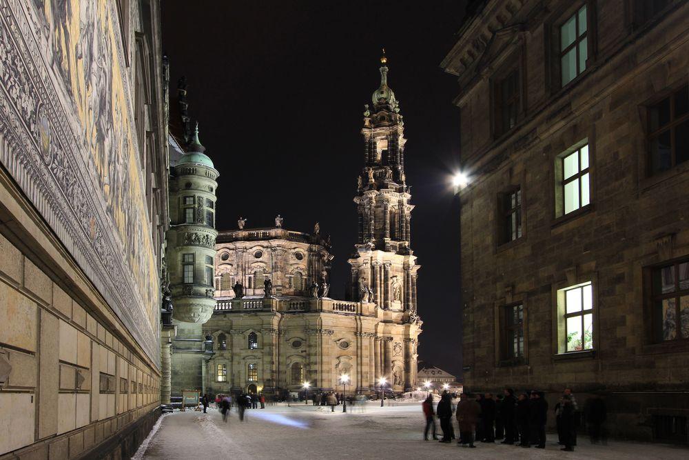 Blick zur nächtlichen Hofkirche