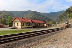 Blickfang: aus Holz gebauter Bahnhof von MATEWAN, West Virginia, USA