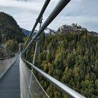 Blickt von der Hängebrücke auf die Burg Ehrenberg