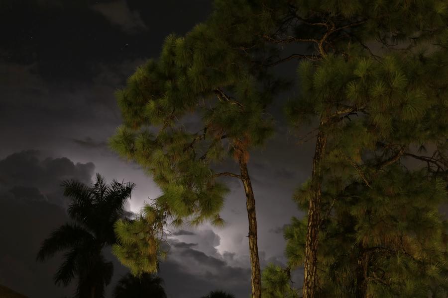 Blitz hinter Wolken