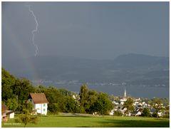 Blitz und Regenbogen