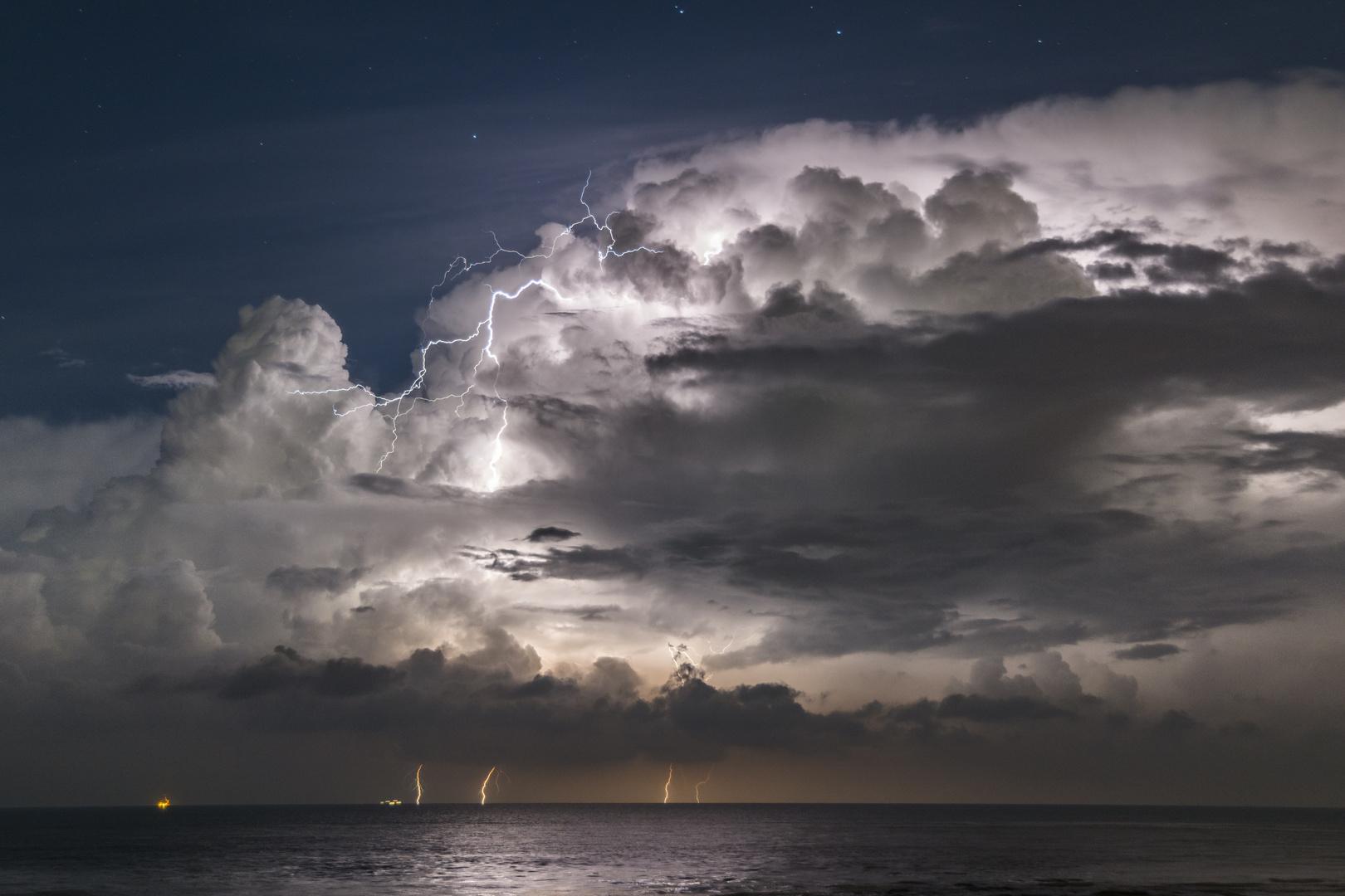 Blitze über dem Ärmelkanal