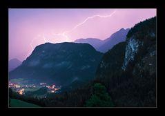 Blitze über den Bergen