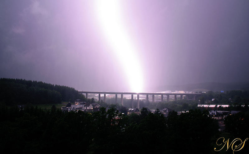 Blitzeinschlag in die Autobahn