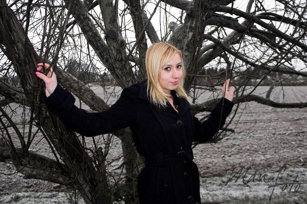 Blond im Baum