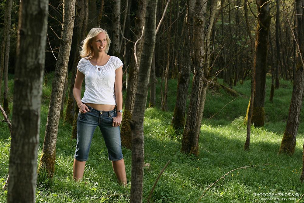 blonde frau im gr nen wald foto bild portrait portrait frauen outdoor bilder auf. Black Bedroom Furniture Sets. Home Design Ideas