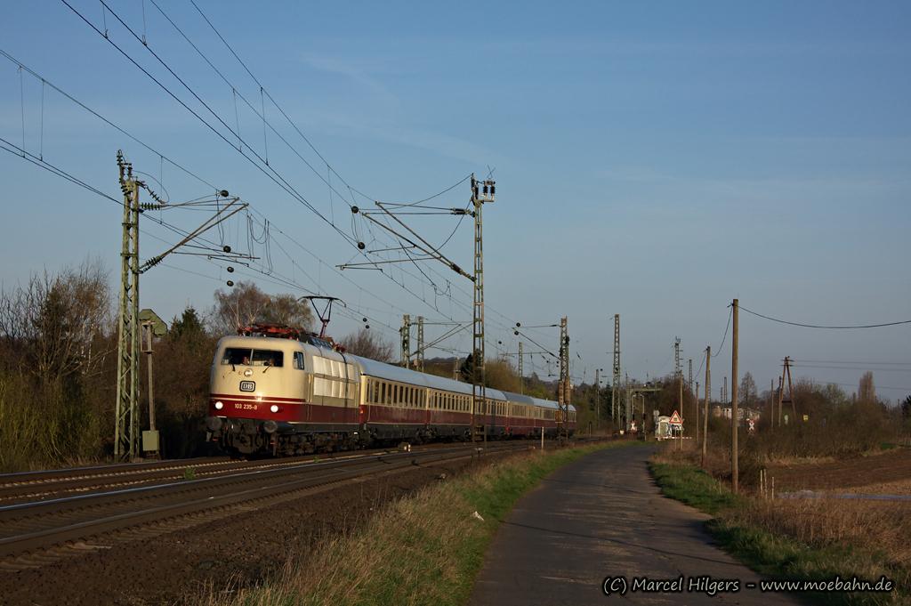 Blondine mit Trans-Europ-Express