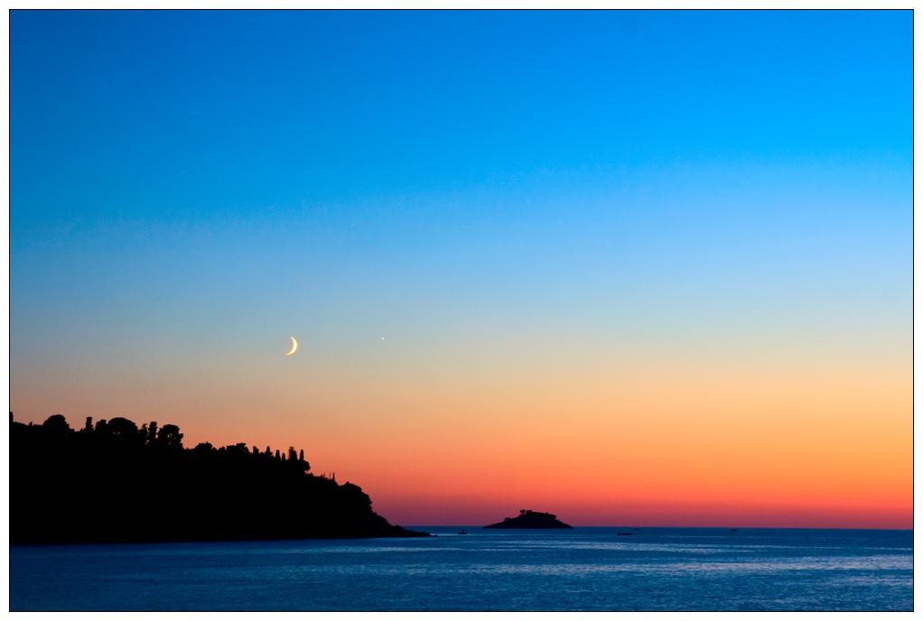 blue hour mit Mondsichel und Meer