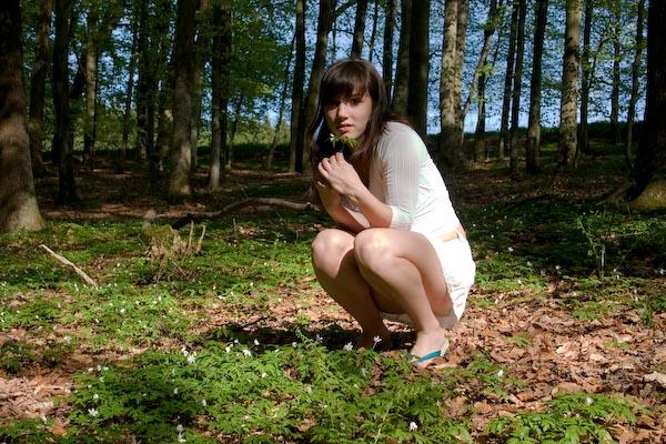 Milf und Junge Schlampe ficken gemeinsam im Wald