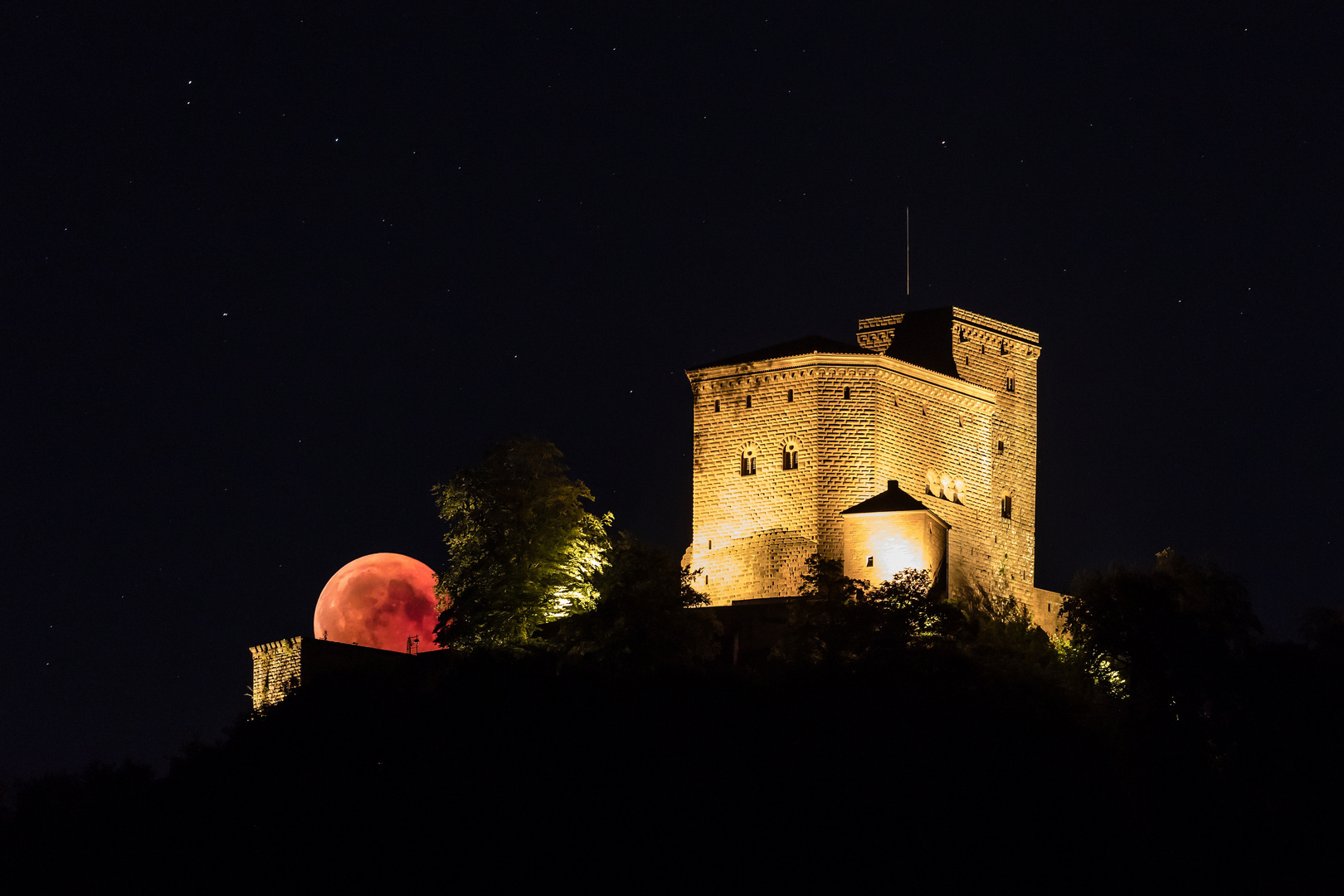 Blutmond hinter der Burg