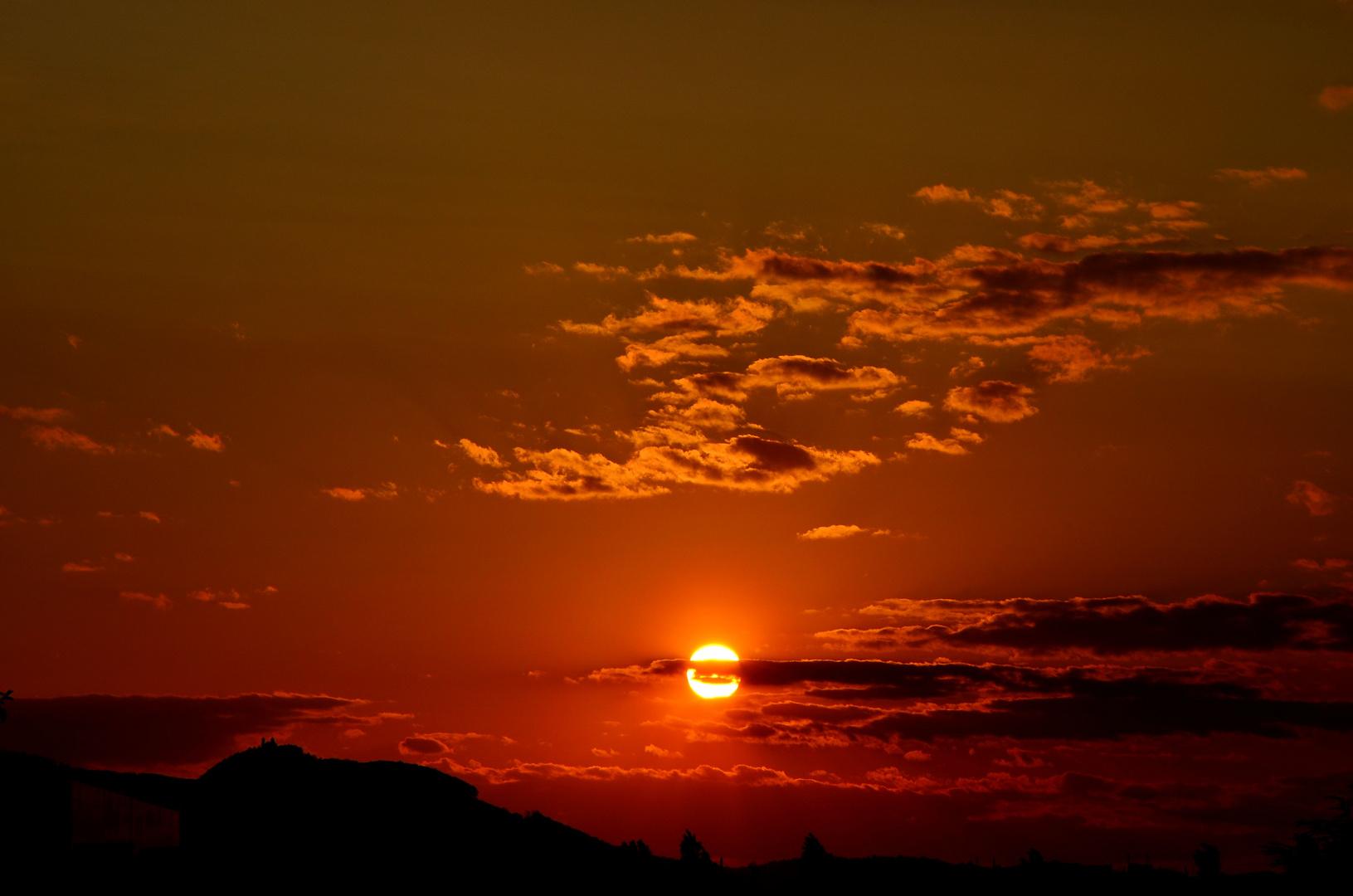 Blutroter Sonnenuntergang.