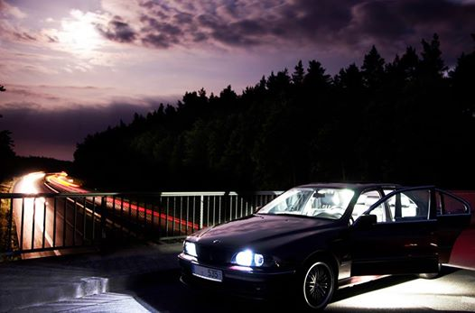 BMW auf Autobahnbrücke