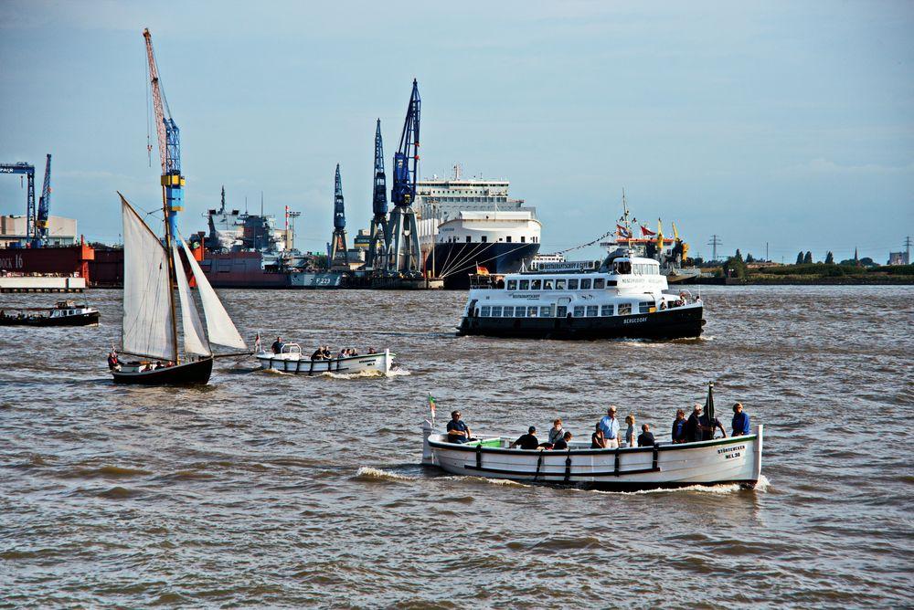 Börteboote und alte Hafenfähre