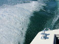 Boot bewegt das Wasser