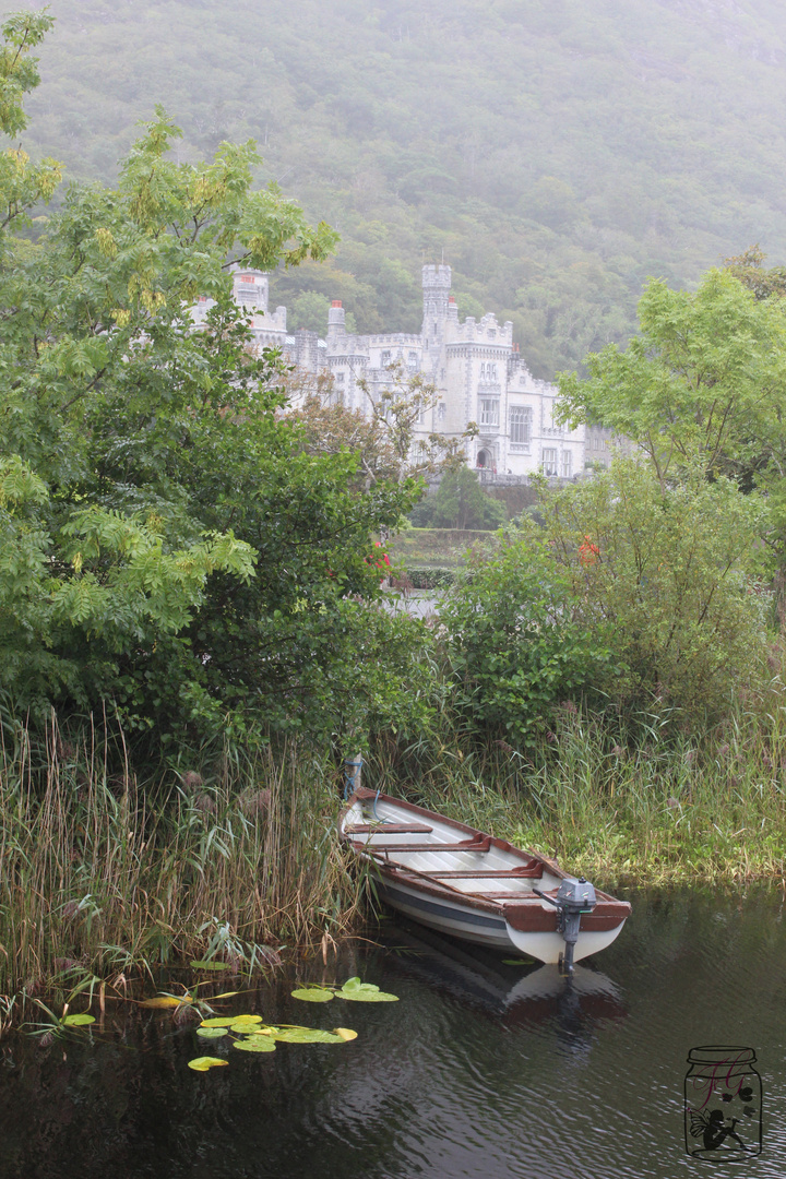 Boot im See am Kylemore Abby