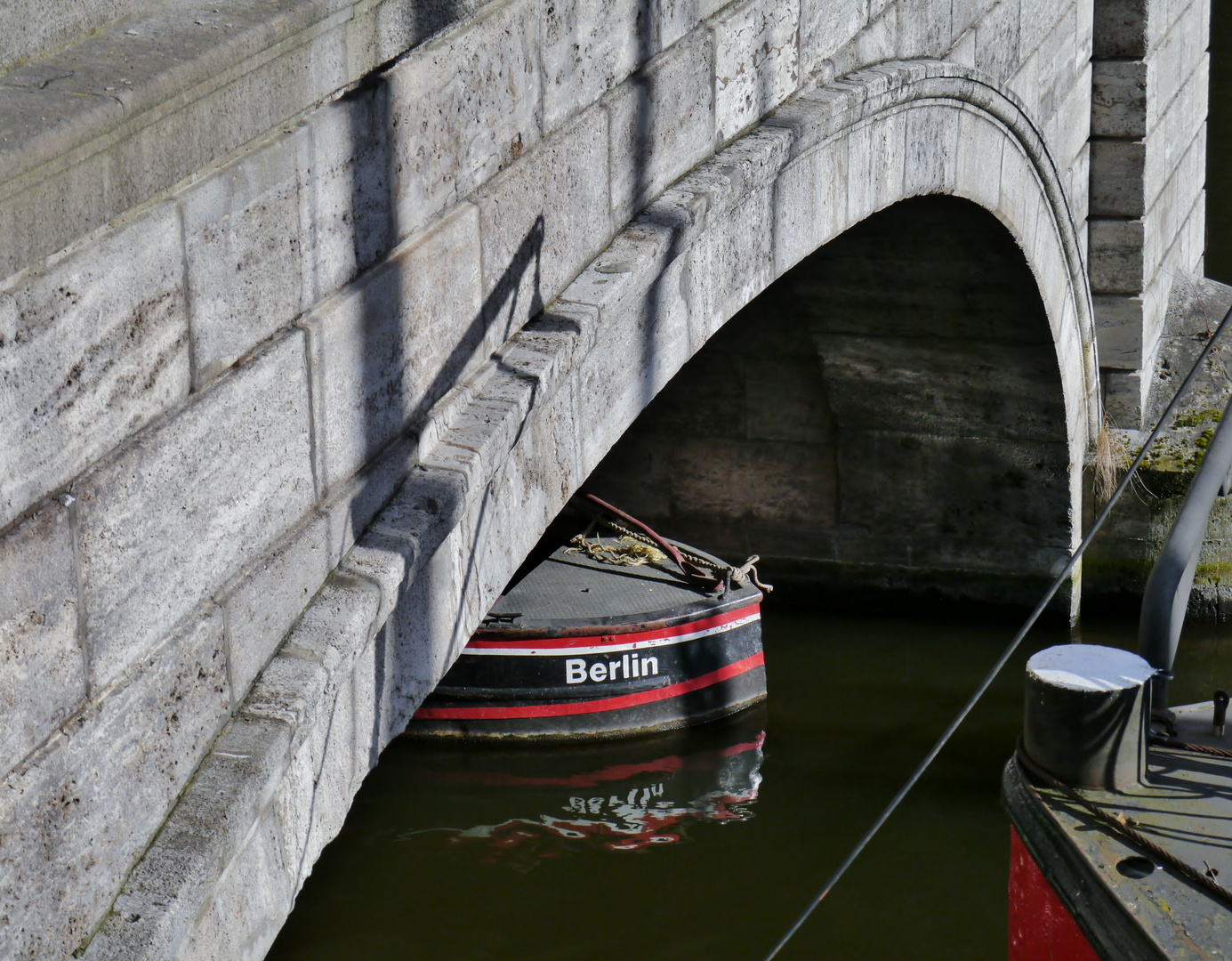 Boot unter Brücke in Berlin