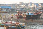 Boote+Menschen vor Armenviertel, Mumbai, Indien Ü3000K