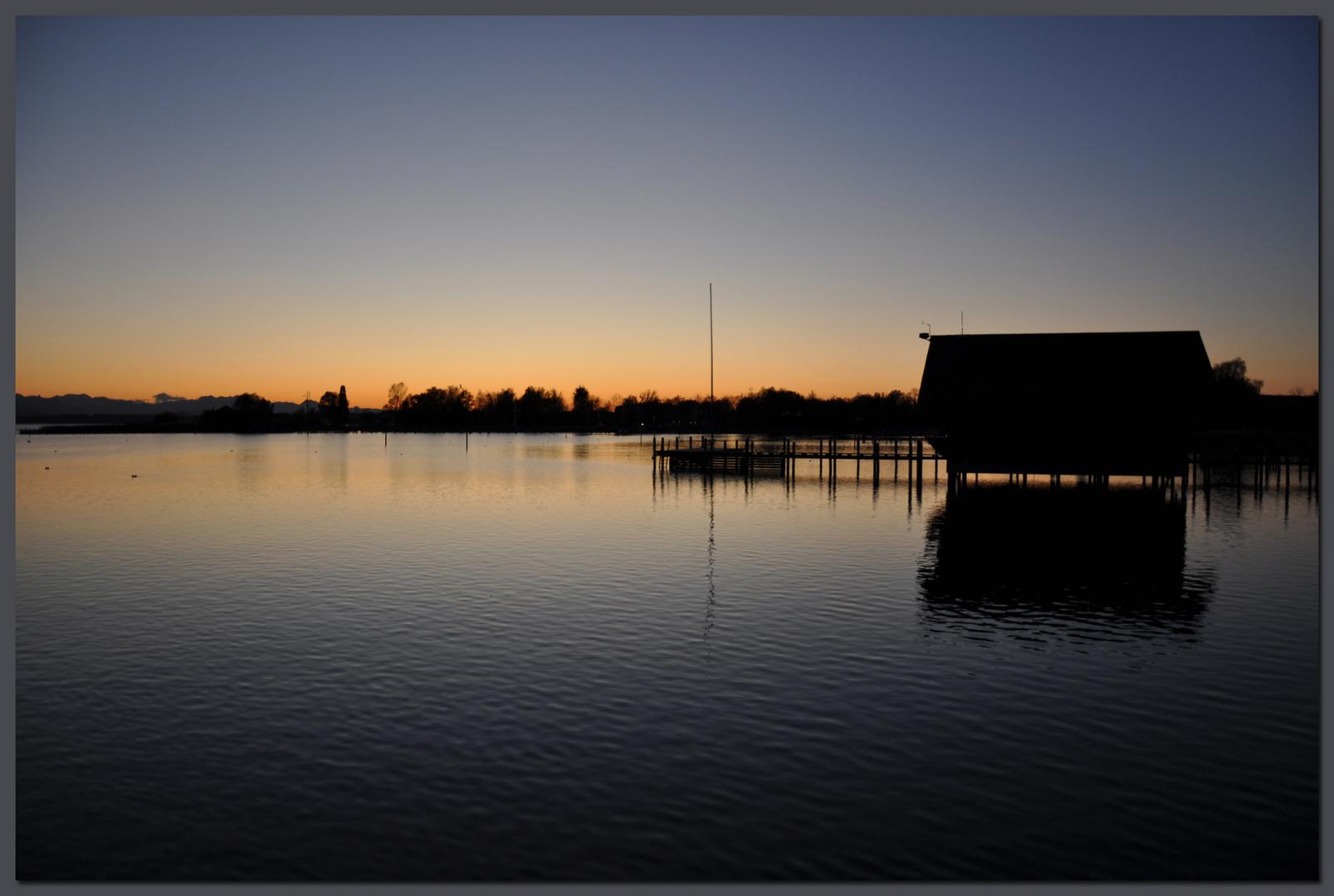 Bootshaus genießt den Sonnenuntergang
