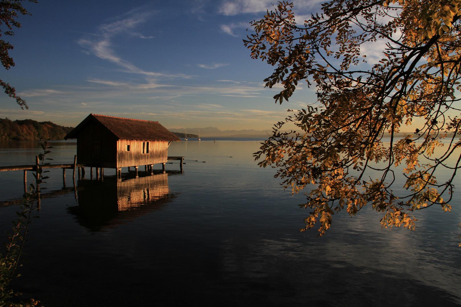 Bootshaus in der Abendsonne
