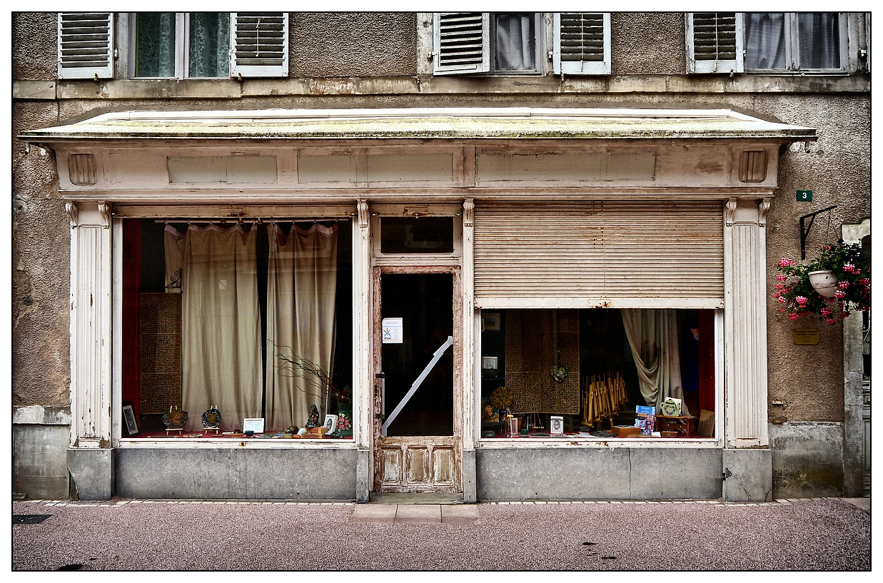 boutique devenue sot rique photo et image architecture vitrine commerce images fotocommunity. Black Bedroom Furniture Sets. Home Design Ideas
