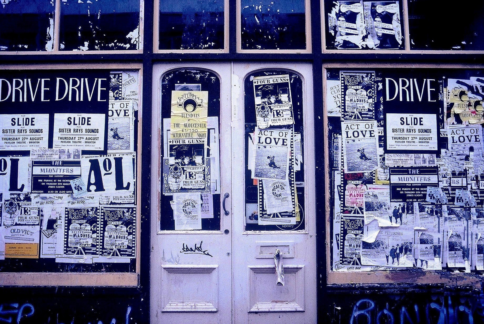 Boutique vide et affiches anglaises